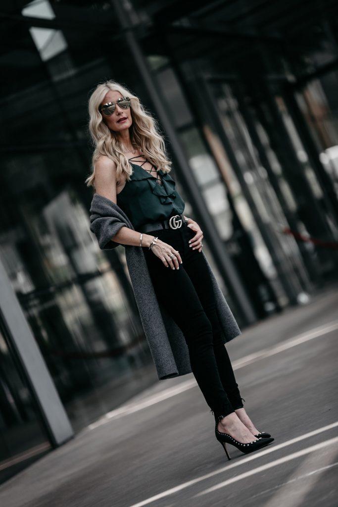 Dallas style blogger wearing Gucci belt and Sam Edelman pumps