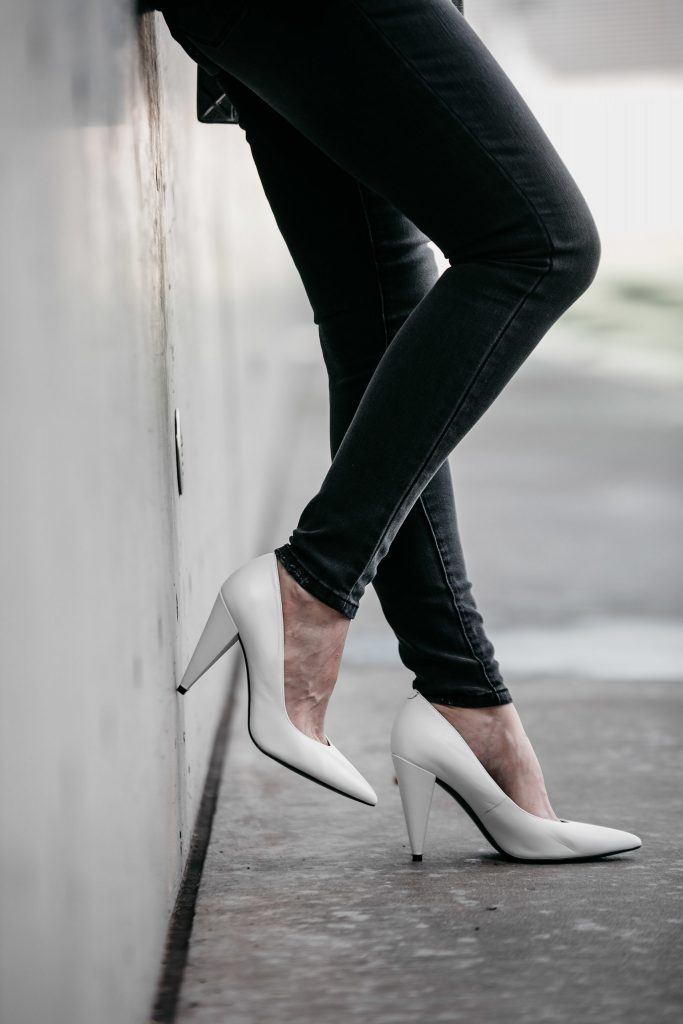 Marc Fisher white pumps and black skinny jeans