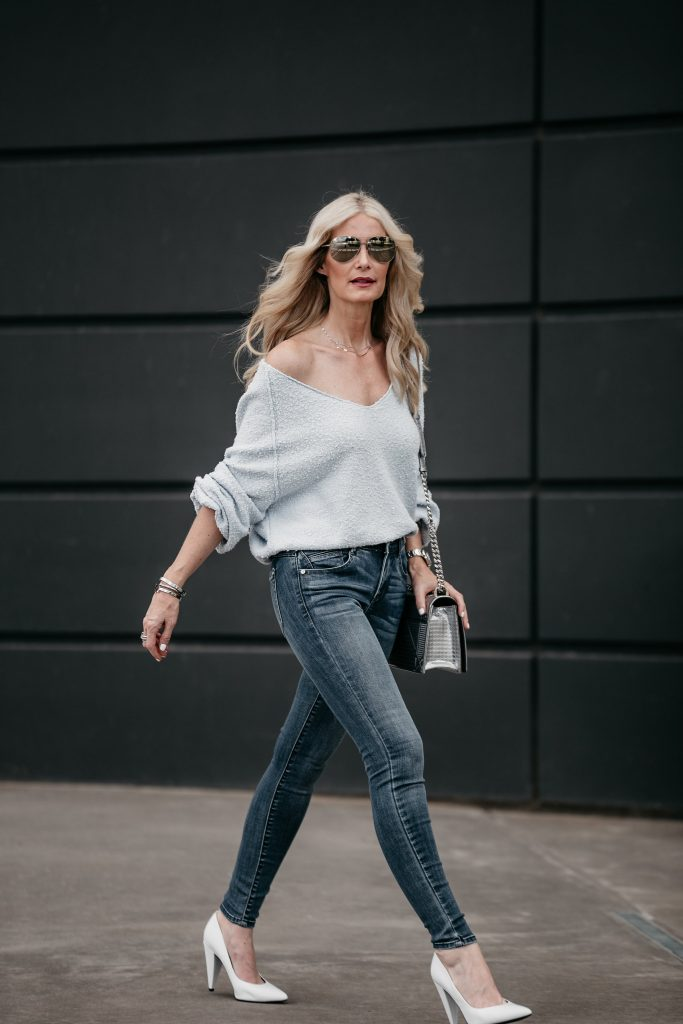 Dallas fashion blogger wearing blue skinny jeans