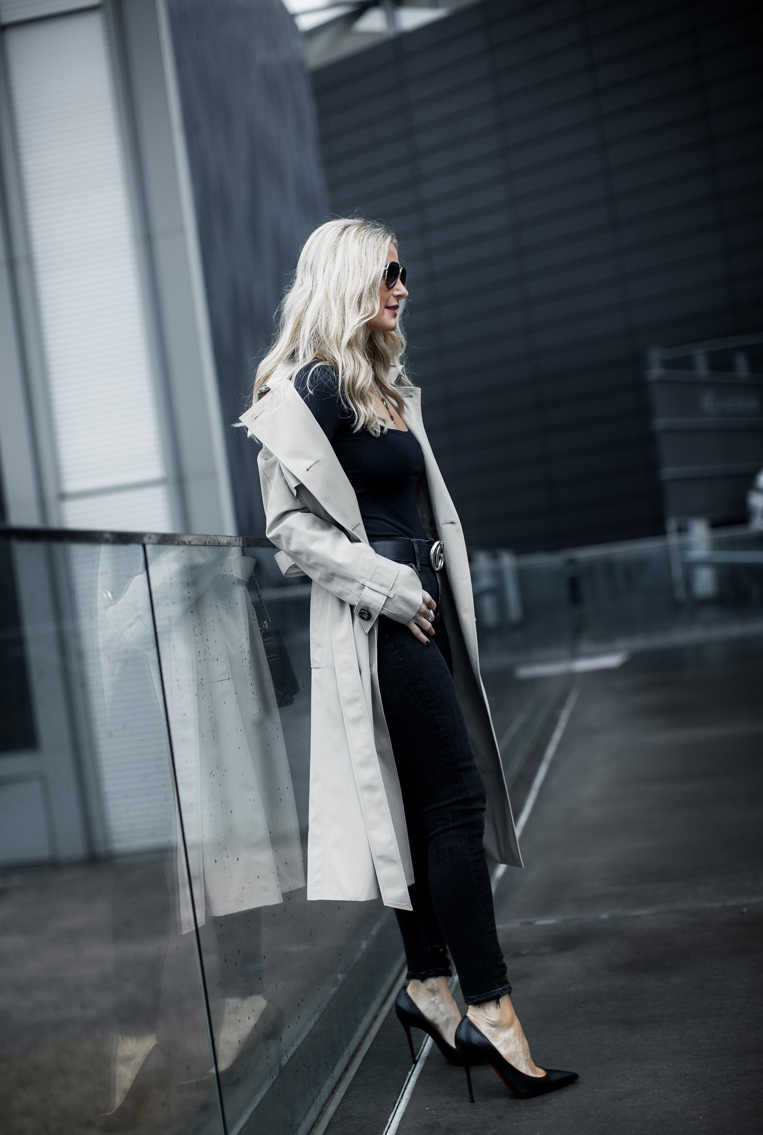 Dallas blogger wearing black pumps, black skinny jeans, and tan trench coat
