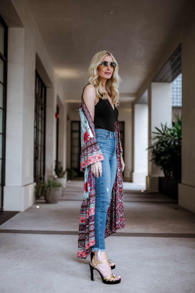 Dallas blogger wearing Alice and Olivia kimono and Gucci platforms