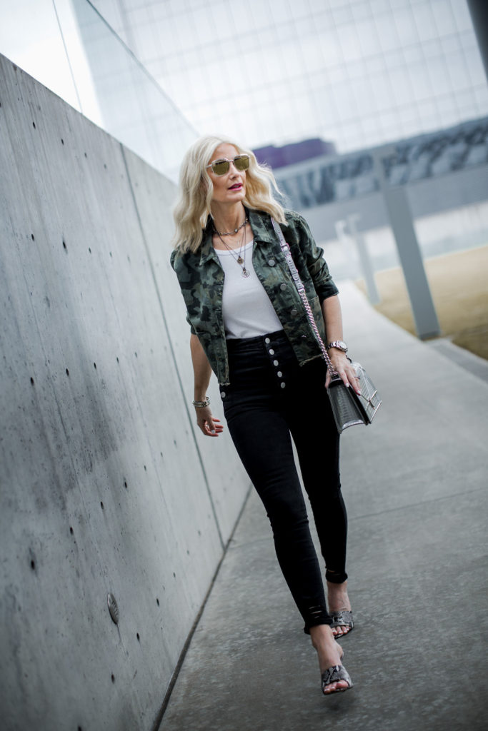 Dallas fashion blogger wearing slimming black jeans