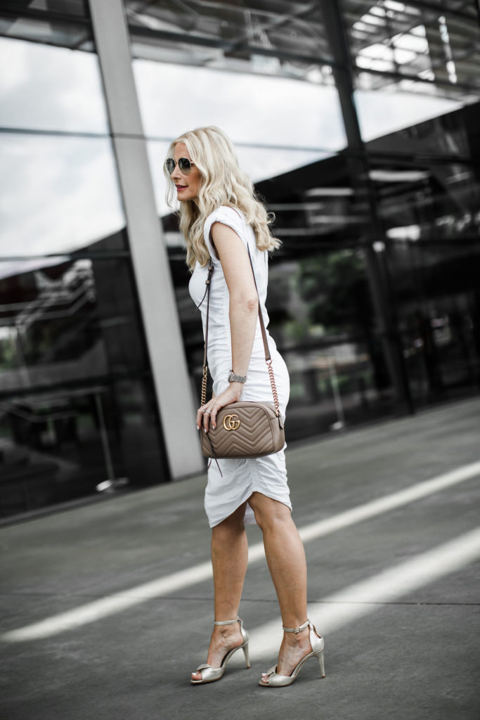 Dallas blogger carrying a Gucci bag and wearing a Veronica Beard dress