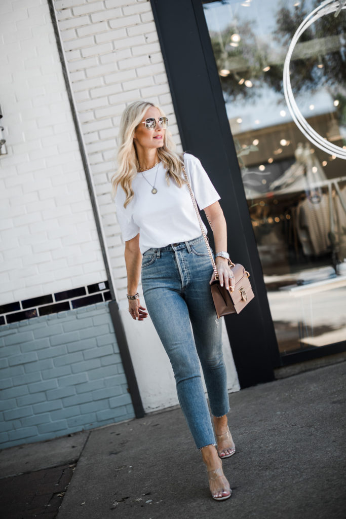 How to wear a white t-shirt and jeans in Dallas, TX
