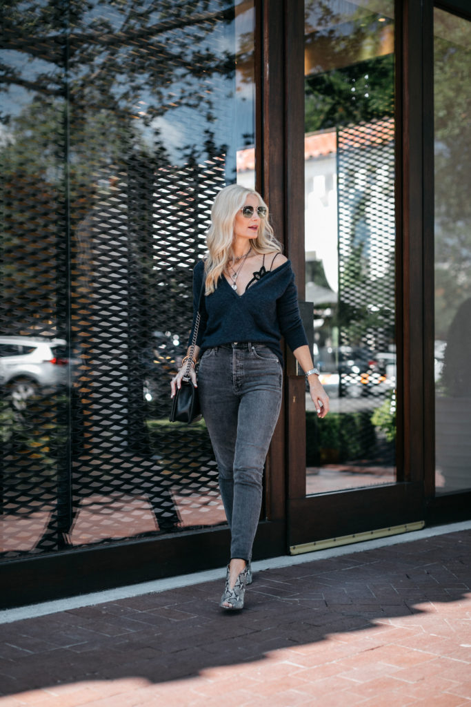 Dallas style blogger wearing gray skinny jeans by Agolde