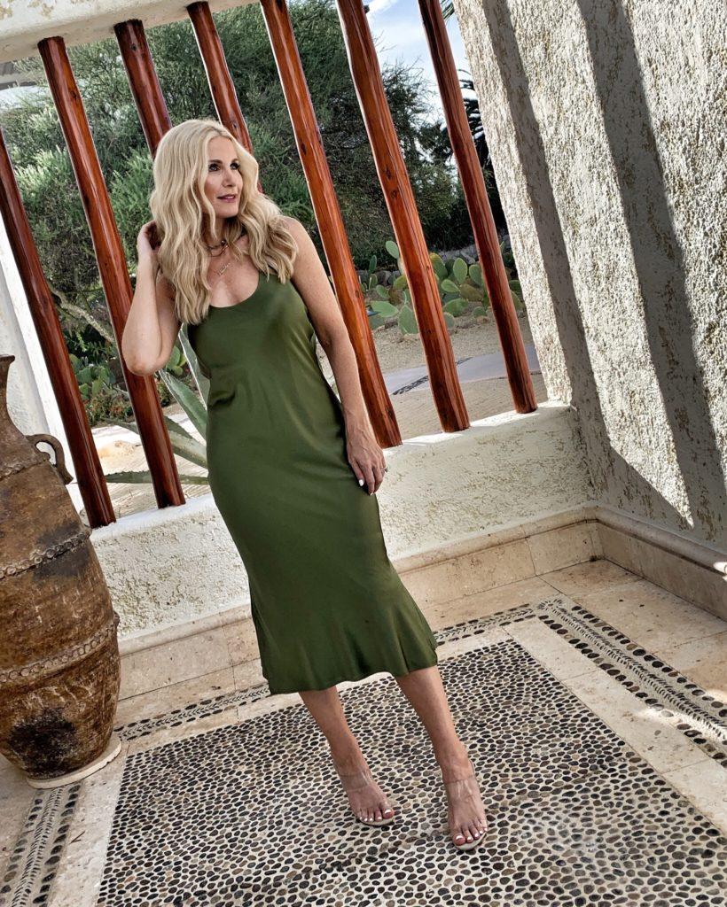Dallas blogger wearing a Caminyc midi dress