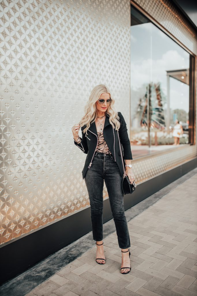 Dallas blogger wearing Agolde jeans and a Veronica Beard blazer