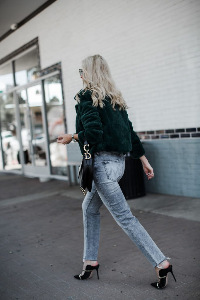 Dallas influencer wearing Mother jeans and black heels