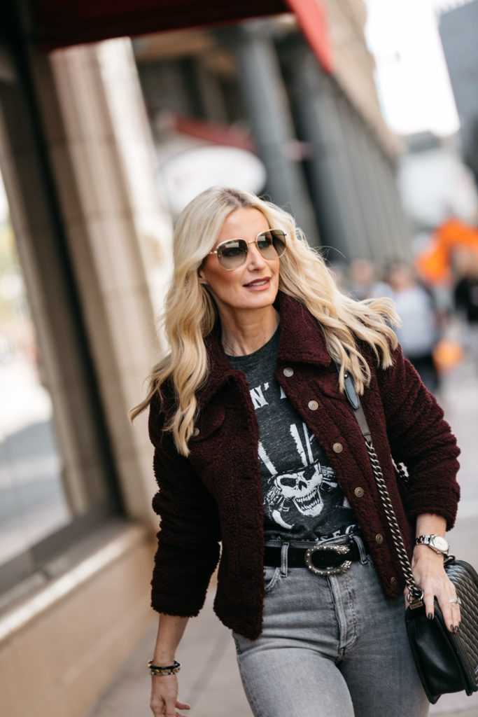 Dallas blogger wearing a Gucci belt and a graphic tee