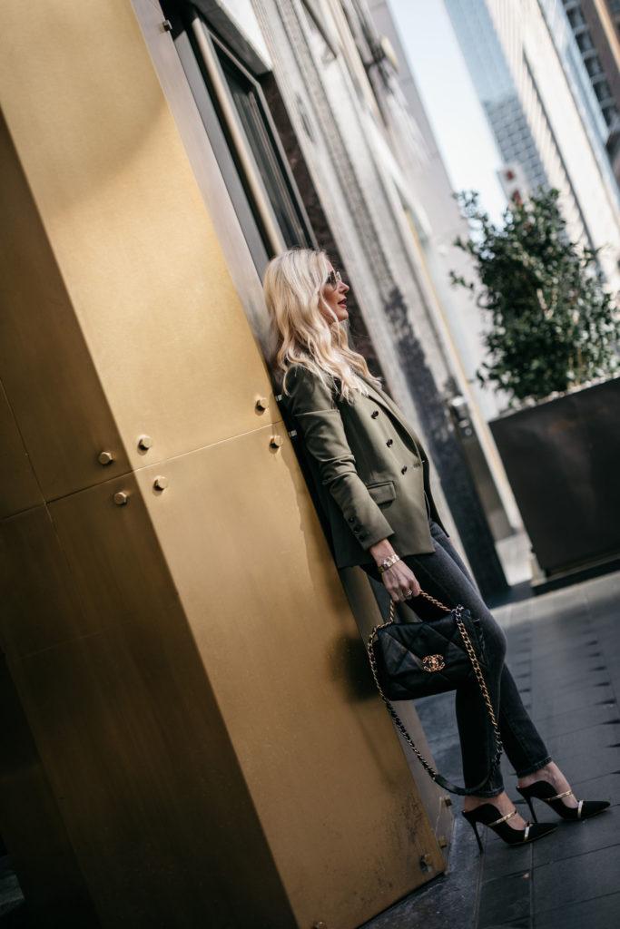 Dallas fashion influencer wearing black heels and a black handbag