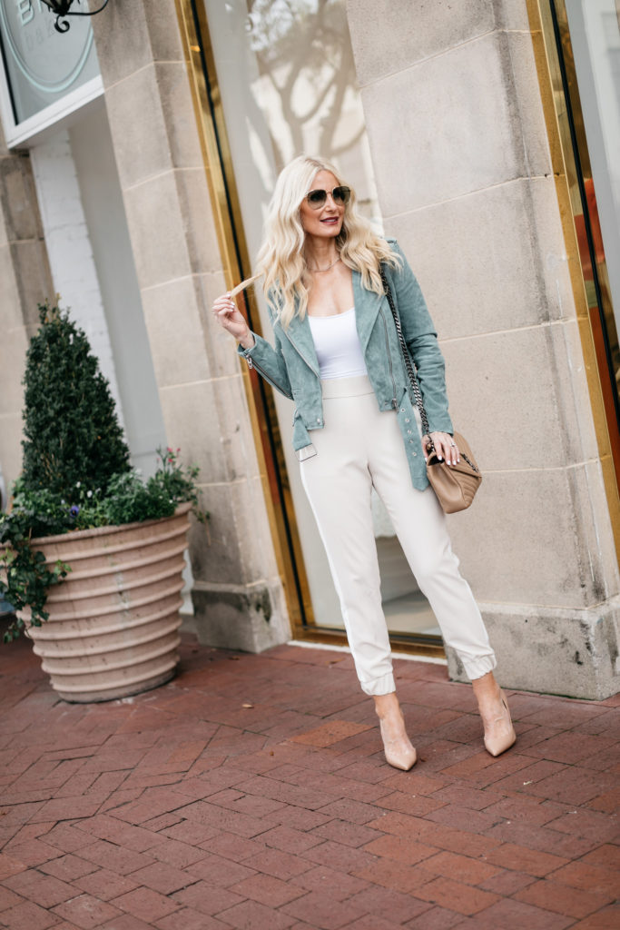 Dallas influencer wearing Alice and Olivia joggers