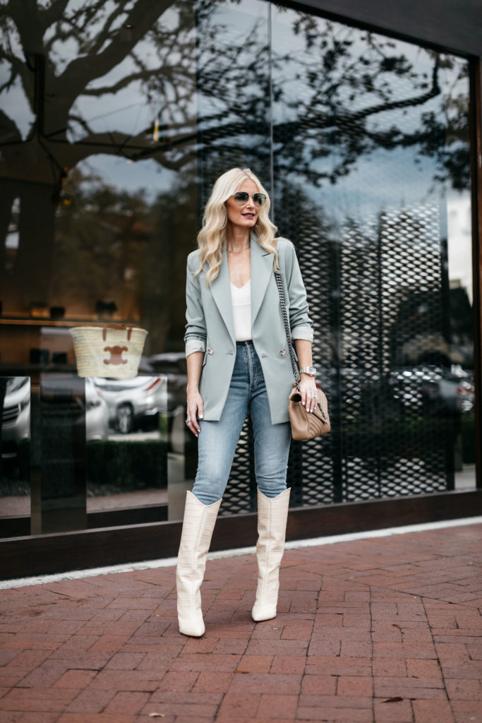 Dallas blogger wearing an oversized blazer and jeans