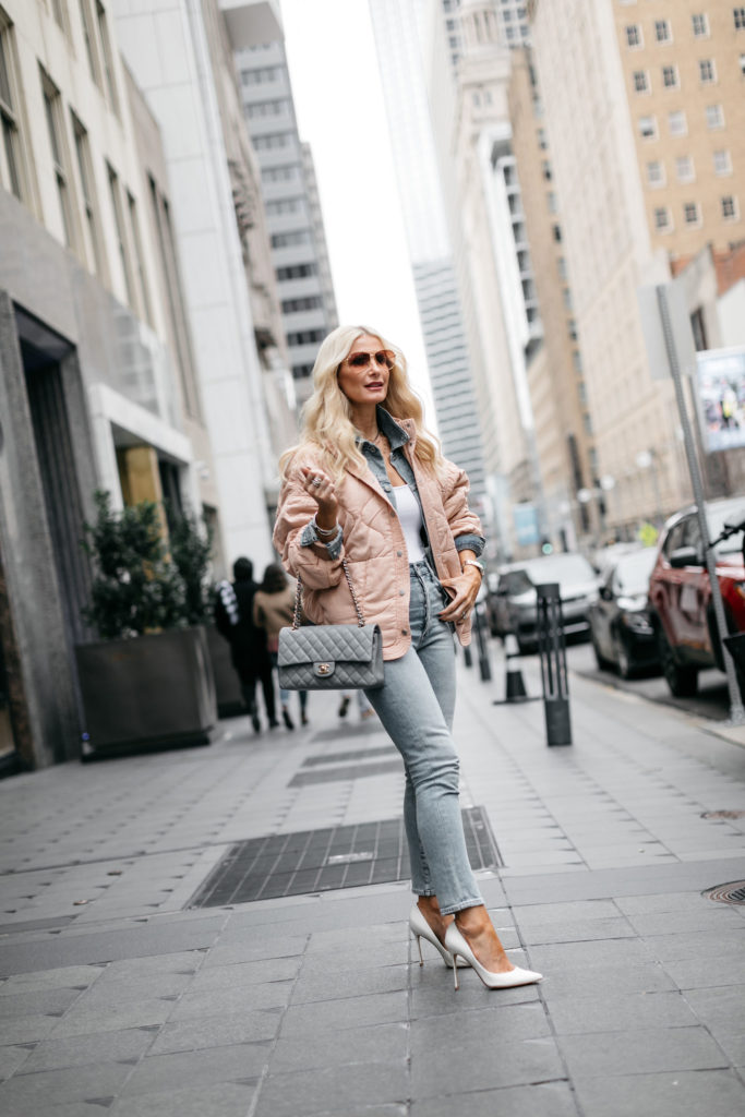 Dallas blogger wearing white pumps and skinny jeans