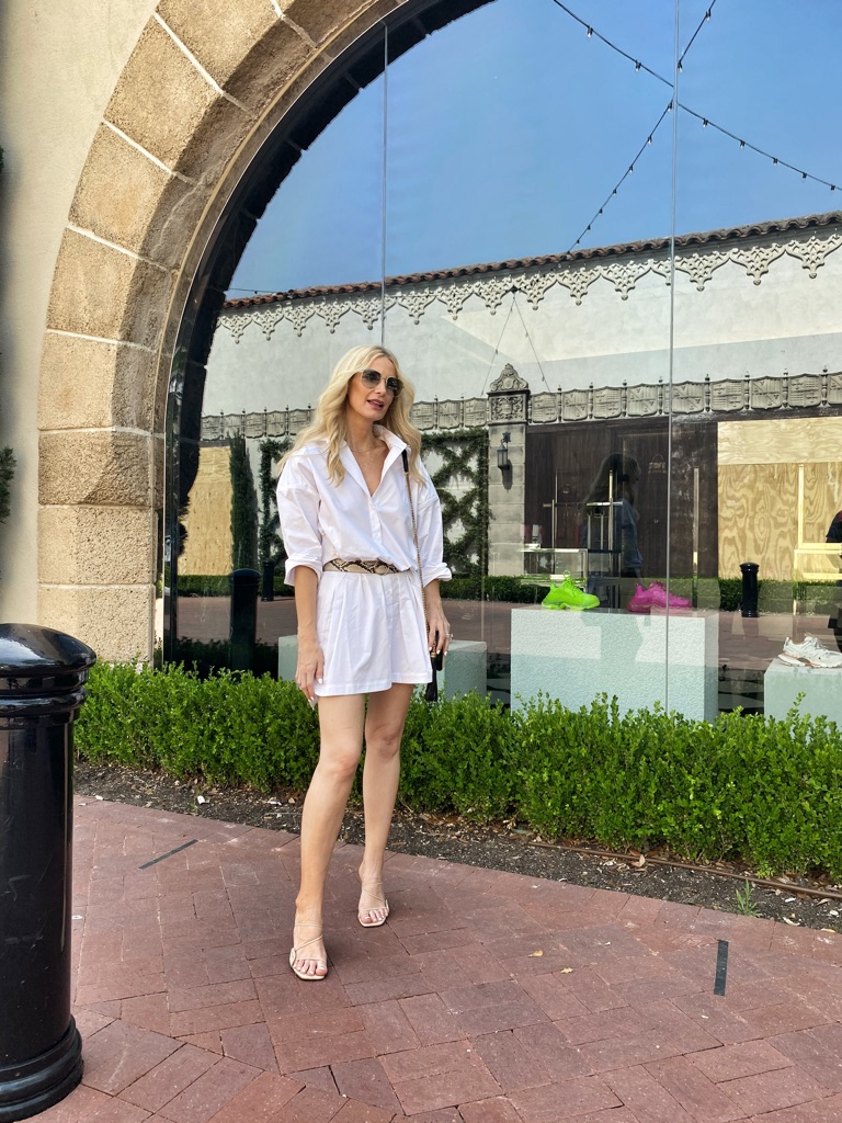 Dallas blogger wearing a white blouse dress and snakeskin belt