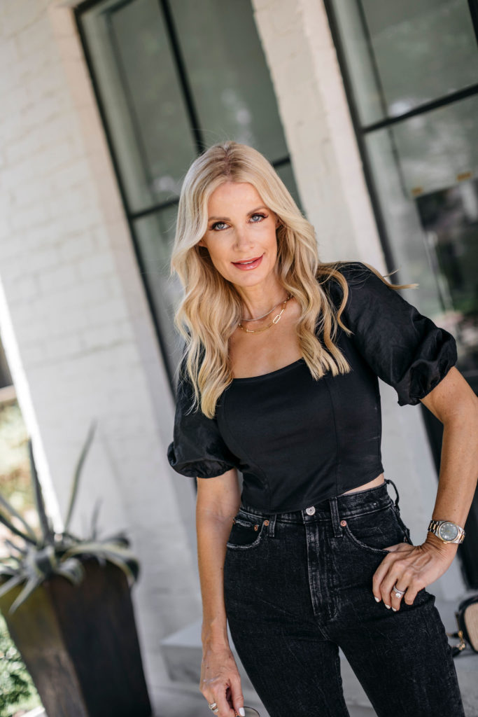 Dallas blogger wearing an all black outfit in the summertime