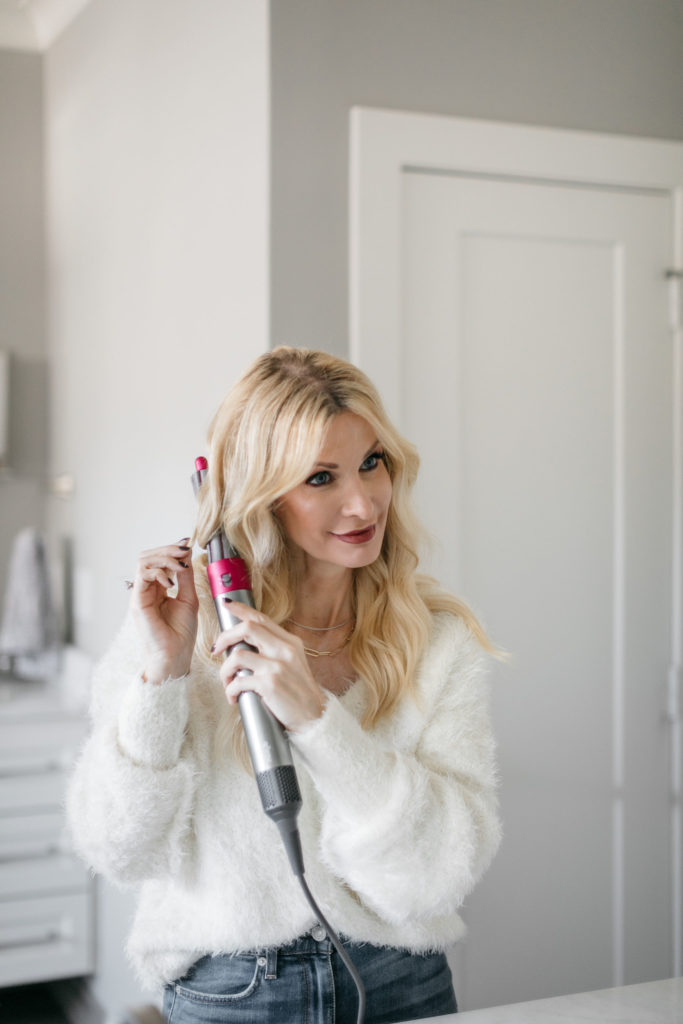 Dallas style blogger curling her hair with the Dyson curling tool