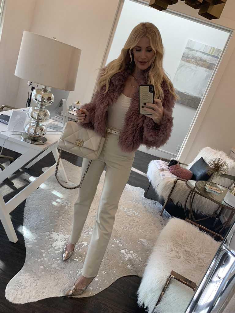 Dallas blogger wearing a pink faux fur coat and white pants