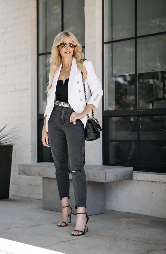 Fashion blogger wearing faded black denim and a snake print belt for summer