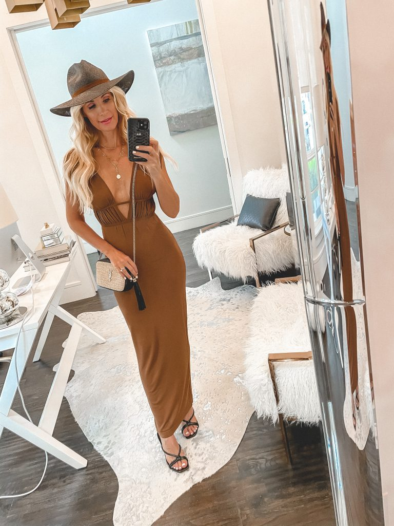 Dallas style blogger wearing a neutral maxi dress and a black straw hat for summer